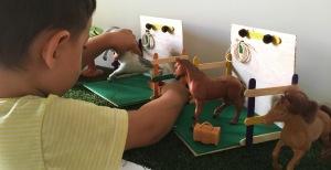 bebe-niño-juego-caballos